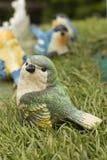 陶瓷逗人喜爱的五颜六色的鸟 图库摄影