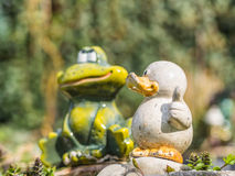 陶瓷鸭子和青蛙 免版税库存照片