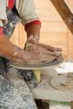 陶瓷-大师的手在横式转盘,侧视图做黏土投手 库存照片
