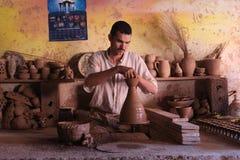 陶瓷 手工生产 一个人在工作 免版税库存图片