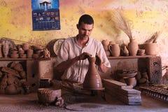 陶瓷 手工生产 一个人在工作 库存图片