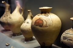 陶瓷amphorae、罐和投手在雅典国家考古博物馆在雅典,希腊 免版税库存照片
