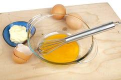 陶罐和蛋黄、鸡蛋和碗用蛋黄酱 库存图片