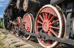 陶里亚蒂,俄罗斯,从蒸汽引擎机车的轮子 免版税库存图片