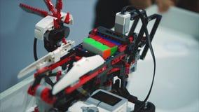陶里亚蒂,俄罗斯- 2017年7月21日:乐高解决Rubik ` s立方体的技术机器人 影视素材