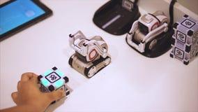 陶里亚蒂,俄罗斯- 2017年7月21日:使用与女孩的白色矮小的方形的机器人玩具 设法的机器人采取立方体 股票视频