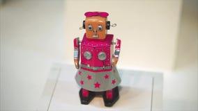 陶里亚蒂,俄罗斯- 2017年7月21日:有人面和身体的减速火箭的玩具机器人 在葡萄酒样式的女孩机器人 影视素材