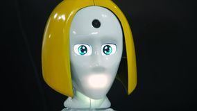 陶里亚蒂,俄罗斯- 2017年7月21日:有现实头和面孔的机器人女孩 在前额和屏幕眼睛的照相机 股票录像