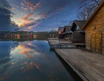 陶陶,匈牙利-在湖对在11月的Derito Derito的美好的日落与木钓鱼的村庄 库存图片