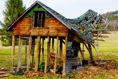 陷下在屋顶被击毁的被放弃的缅因大厦 库存图片
