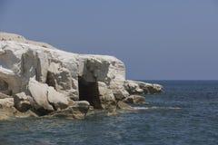 陷下在白色岩石在州长` s海滩附近;塞浦路斯 海运横向 免版税库存图片