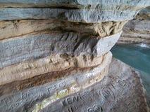 陷下恋人雕刻了他们在石墙上的地方名字 免版税库存图片