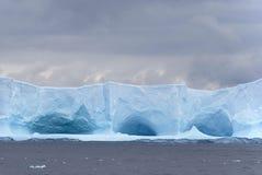 陷下的冰山 免版税库存照片