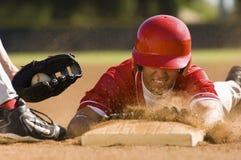 陷入基地的棒球运动员 免版税图库摄影