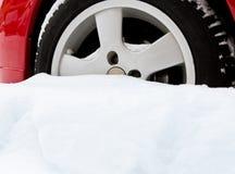 陷入沼泽的汽车下来下雪轮子 图库摄影