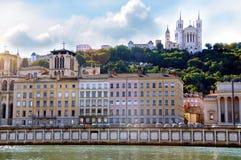 隆河和Fourviere大教堂在背景利昂法国中 图库摄影