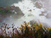 隆隆响的水涌出在尼亚加拉瀑布,并且薄雾突然上升-纽约-美国 免版税图库摄影