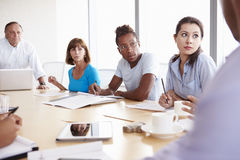 随便加工好的买卖人开会议在会议室 免版税库存照片