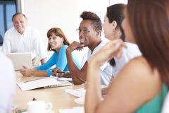 随便加工好的买卖人开会议在会议室 库存照片