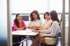 随便加工好的女性同事谈话在会议室 免版税图库摄影