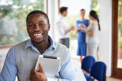 随便参加会议的穿戴的商人在会议室里 免版税库存图片