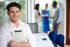 随便参加会议的穿戴的商人在会议室里 免版税库存照片
