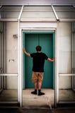 随便在电梯前面的加工好的人,在Towson,马里兰 库存照片