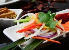 伴随印地安主菜的沙拉 库存照片