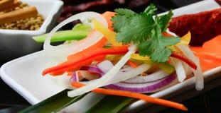 伴随印地安主菜的沙拉 库存图片
