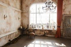 随员内部:墙壁、桌和蜡烛,水晶光,大窗口在一个老可怕被放弃的房子里 万圣节 免版税库存图片