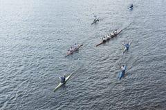 伴随奥林匹克火炬的划船者 免版税库存图片