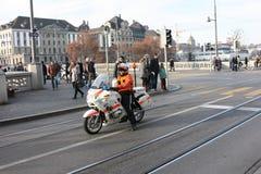 伴随演示的摩托车的警察 免版税库存图片