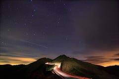 随附于满天星斗惊人的飞星的晚上 免版税库存照片