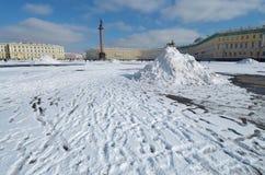 随风飘飞的雪在镇中心 库存图片