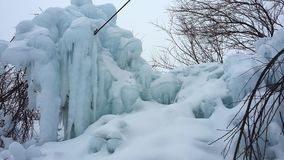 随风飘飞的雪,冰柱冰霜 免版税库存图片