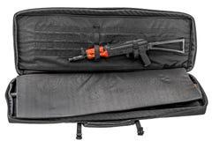 隐瞒的袋子运载冲锋枪 查出 免版税库存照片