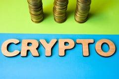 隐藏和cryptocurrency硬币正面图的概念 词隐藏组成由3D在三堆的信件硬币前面,标志 免版税图库摄影