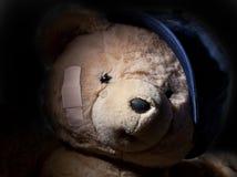 隐藏在影子的哭泣的玩具熊 免版税库存照片