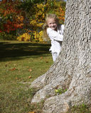 隐藏在结构树之后的女孩 库存照片