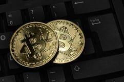 隐藏在键盘的货币物理金bitcoin特写镜头  免版税库存图片