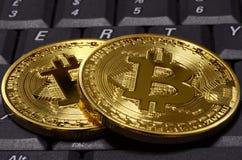 隐藏在键盘的货币物理金bitcoin特写镜头  库存图片