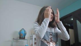 33隐藏嬉戏的纵向怀孕的寻求墙壁星期妇女的美丽的后面隐藏 女孩用她的手盖她的眼睛面对偷看作嘘声等待惊奇生活方式 慢 股票录像