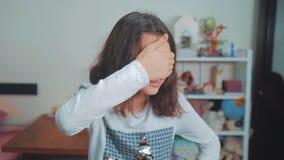 33隐藏嬉戏的纵向怀孕的寻求墙壁星期妇女的美丽的后面隐藏 女孩用她的手盖她的眼睛面对偷看作嘘声等待惊奇 慢动作录影 股票视频