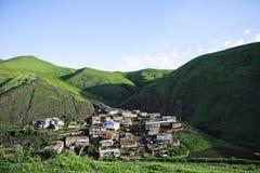 隐藏的山小的村庄 免版税库存图片