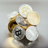 隐藏硬币堆飞奔波纹Monero Litecoin在发光的背景的Bitcoin Ethereum与透亮反射,方形的格式 图库摄影