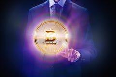 隐藏货币块式链,企业采矿构思设计 硬币在手中作为位电子商务财务 免版税图库摄影