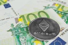 隐藏货币概念-与欧元票据的Ethereum 库存照片