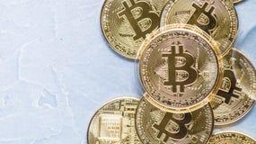 隐藏货币的优势:bitcoin硬币是在世界的各种各样的硬币中在灰色背景的 免版税库存图片