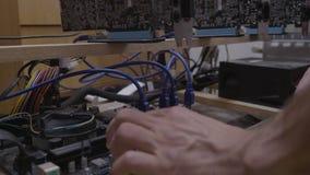 隐藏货币的计算机程序设计者工程师查明故障gpu开采的船具机器- 股票视频