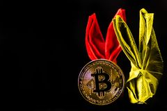 隐藏货币金子Bitcoin, BTC, Bitcoin宏观射击铸造w 免版税库存照片